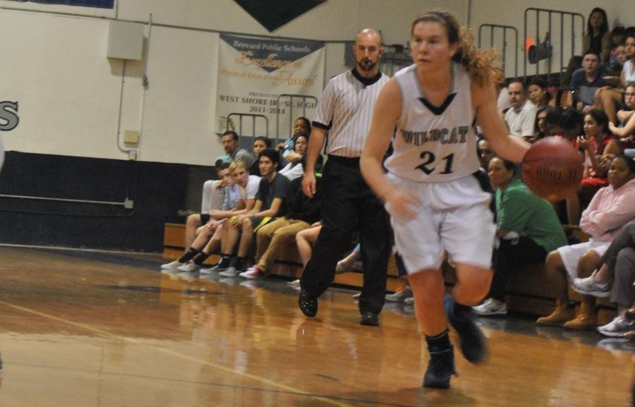 Senior+Lydia+Kline+drives+the+ball+down+the+court+Monday+night.