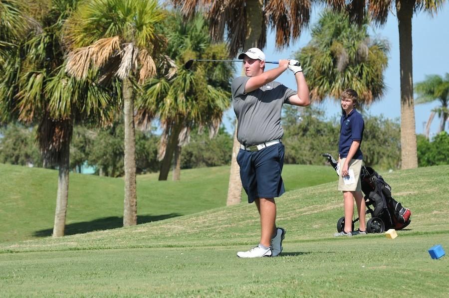 Senior+Greg+Darnell+anchors+the+boys%E2%80%99+golf+team.