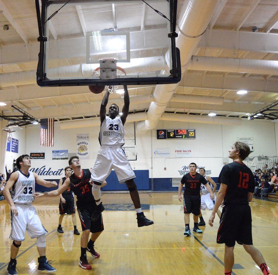 Senior+Evan+Lanier+dunks+on+Edgewood+on+Friday+night.