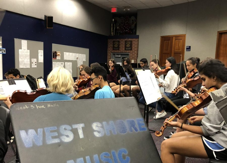 Orchestra+students+prepare+music+under+Pinfield%27s+direction