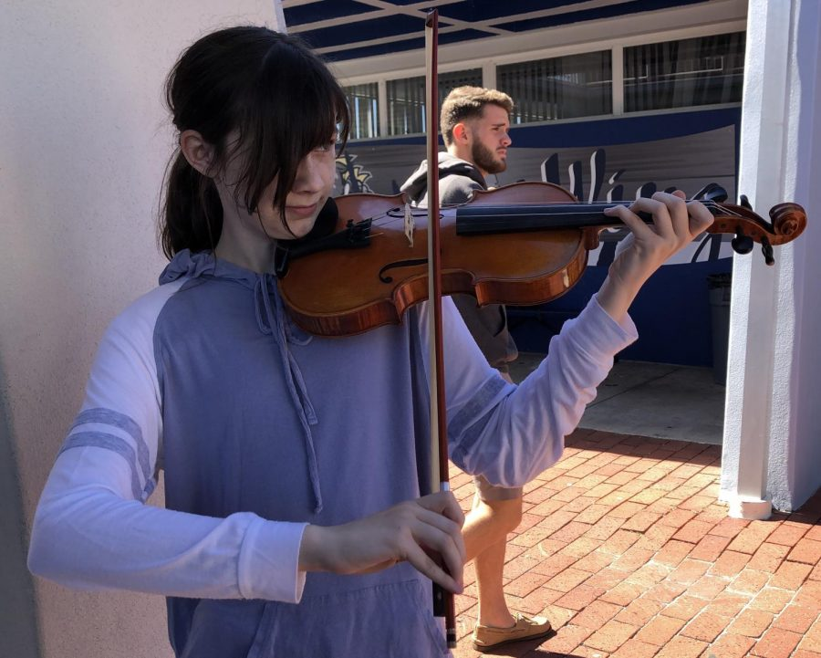 Freshman+violinist+Emily+Hendrickson+practices+her+violin+outside+the+cafeteria