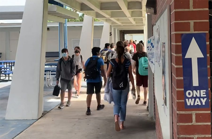 Student+change+classes+in+one-way+hallways+on+Monday.